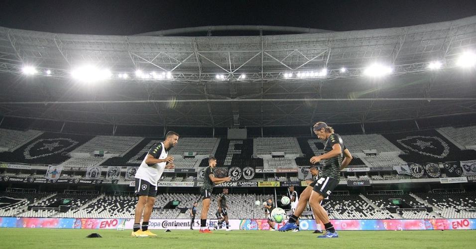 Jogadores do Botafogo se aquecem antes da partida contra o Cuiabá