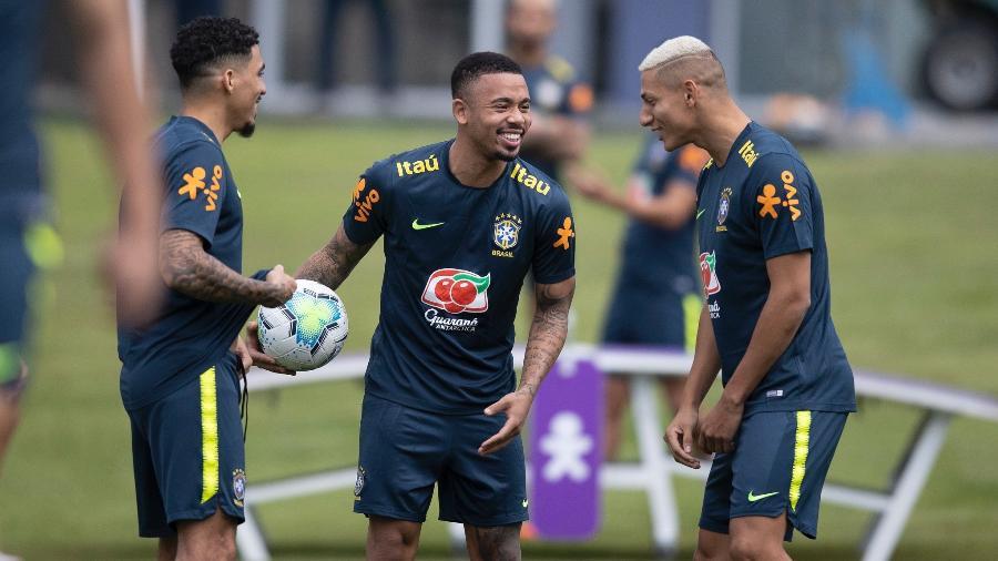 Gabriel Jesus entre Allan e Richarlison durante treino da seleção ontem (10), na Granja Comary - Lucas Figueiredo/CBF