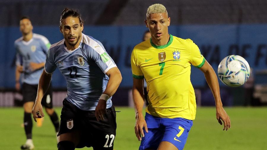 Richarlison tenta fugir da marcação de Cáceres durante Uruguai x Brasil pelas Eliminatórias - Raúl Martínez-Pool/Getty Images