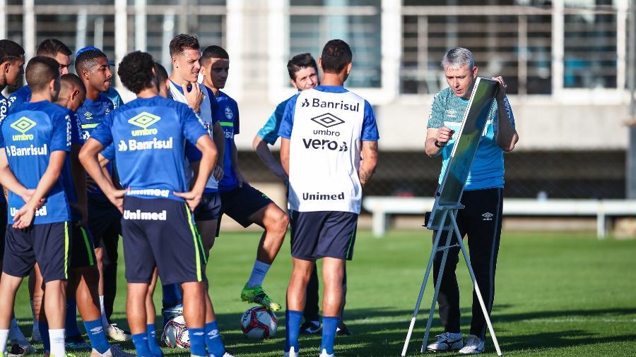 Tiago Nunes passa orientações para jogadores do Grêmio em treinamento do time - Lucas Uebel/Grêmio