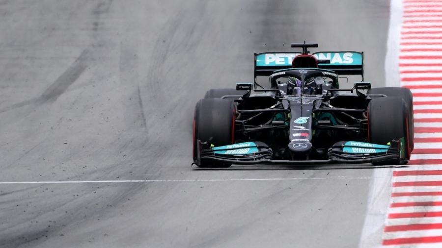 Lewis Hamilton, da Mercedes, liderando o GP da Espanha de Fórmula 1 em 2021 - LLUIS GENE / AFP