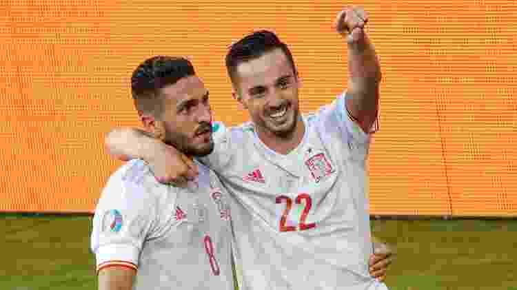 Koke e Sarabia comemoram um dos gols marcados pela Espanha contra a Eslováquia - Julio MUNOZ / POOL / AFP - Julio MUNOZ / POOL / AFP