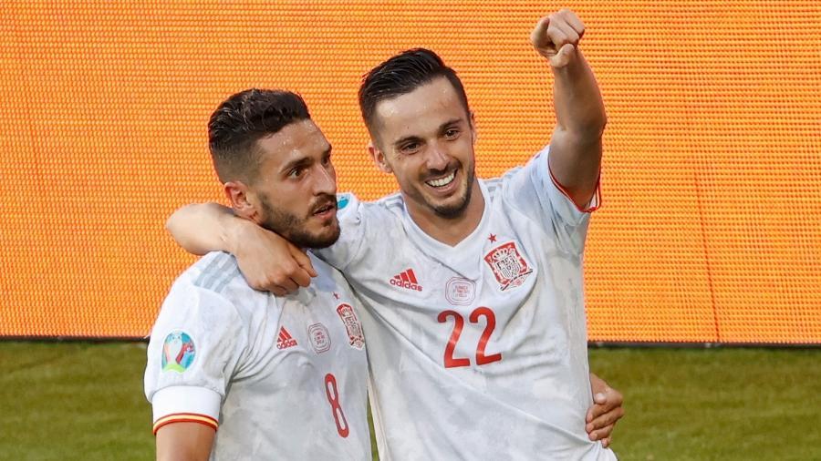 Koke e Sarabia comemoram um dos gols marcados pela Espanha contra a Eslováquia - Julio MUNOZ / POOL / AFP