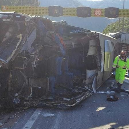 Ônibus com a delegação do time de futsal masculino do Umuarama tombou em rodovia do Paraná - Polícia Rodoviária Federal