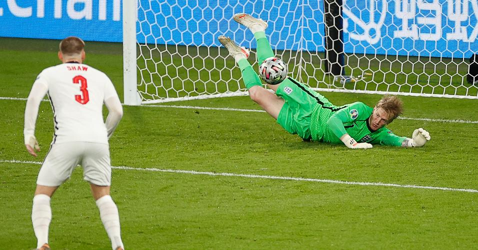 Pickford faz grande defesa após chute de Chiesa, da Itália, na final da Eurocopa