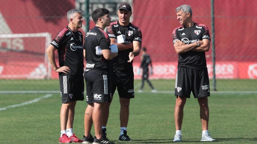 Hernán Crespo, técnico do São Paulo, e sua comissão, no CT da Barra Funda - Rubens Chiri / saopaulofc.net
