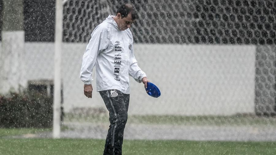 Carille no comando do treino do Santos, no CT Rei Pelé - Ivan Storti