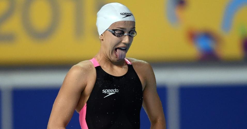 Brasileira Larissa Martins faz gestos e caretas antes da prova feminina dos 100m livres da natação
