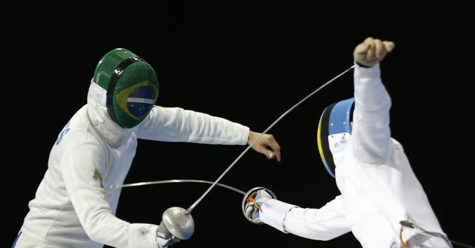 Athos Schwantes em ação pelo Brasil em disputa na esgrima