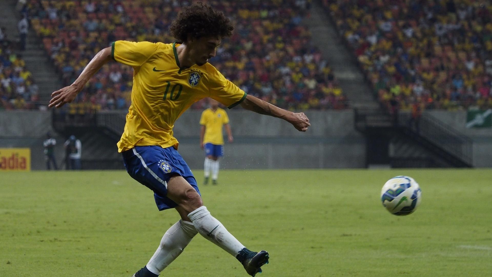 Jogador do Inter, Valdívia bate na bola durante o confronto. O meia foi responsável pela assistência do 3º gol, de Gabriel Jesus, jovem do Palmeiras