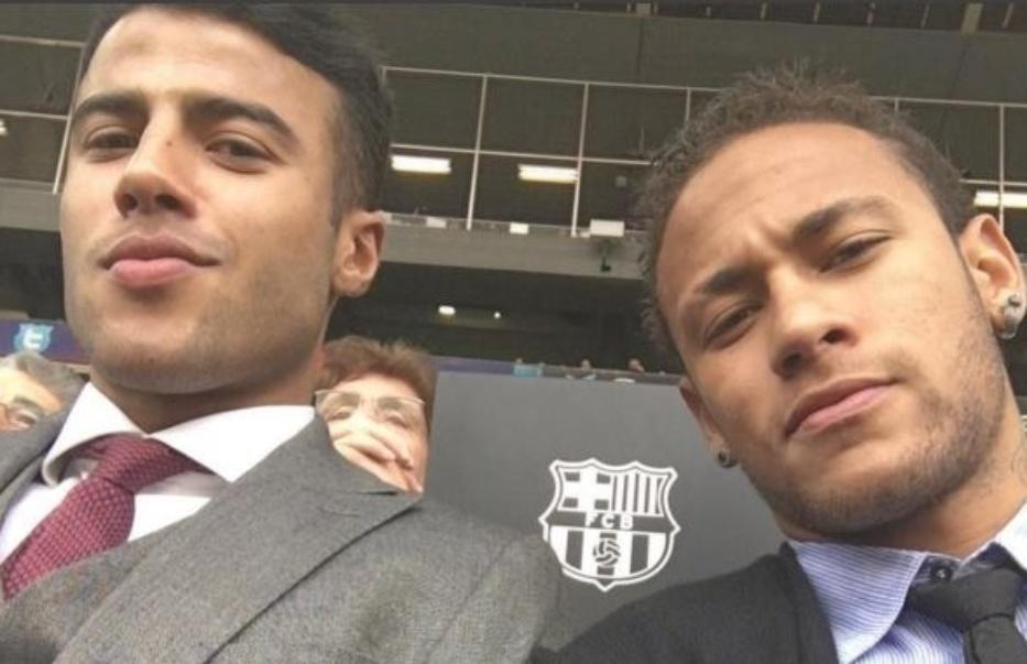 Neymar, lesionado, assiste à partida entre Barcelona e La Coruña ao lado de Rafinha