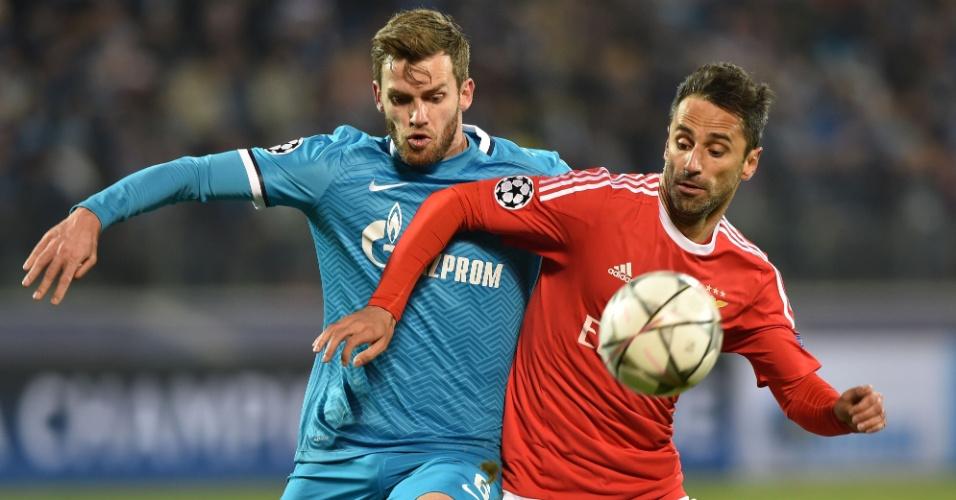 Jonas disputa a bola com Lombaerts na partida entre Benfica e Zenit pela Liga dos Campeões
