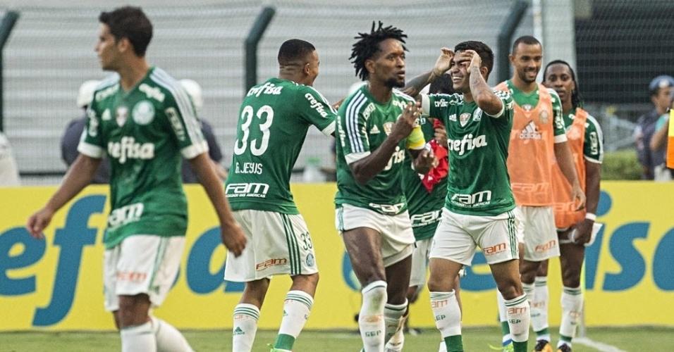 03.abril.2016 - Jogadores do Palmeiras comemoram com Dudu gol que deu a vitória por 1 a 0 sobre o Corinthians no Pacaembu