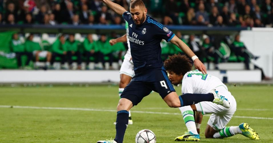 Benzema tenta finalização após lindo drible sobre Dante na partida entre Real Madrid e Wolfsburg
