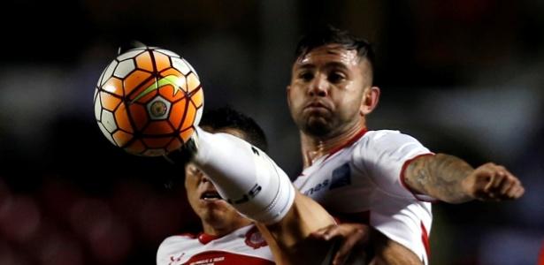29.abr.2016 - Mena disputa jogada com Carlos Esquivel durante o jogo entre São Paulo e Toluca pela Libertadores