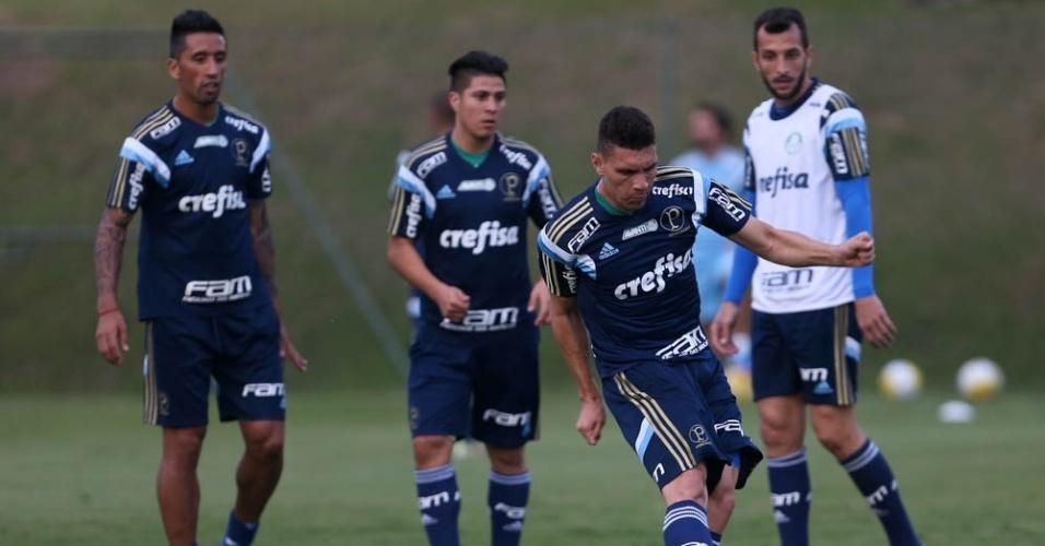 Edu Dracena em ação no primeiro treino do Palmeiras realizado em Atibaia