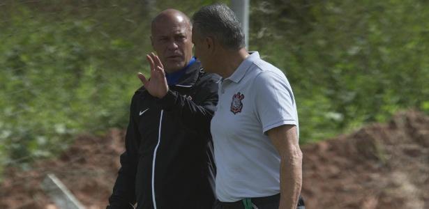 Tite conversa com o preparador de goleiros Mauri Lima no sábado, no Recife - Daniel Augusto Jr/Agência Corinthians