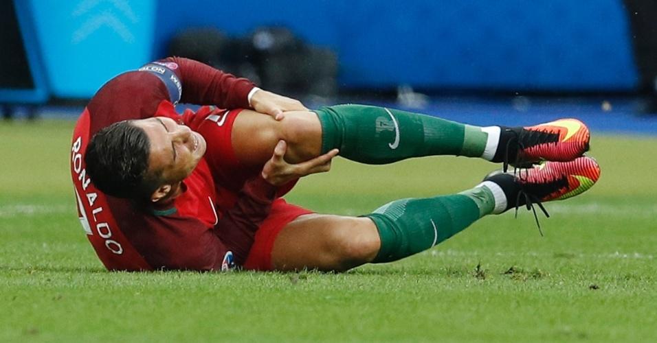 Cristiano Ronaldo reclama de dor no joelho após dividida na final da Eurocopa