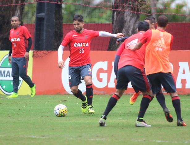 O meia Diego durante treino do Flamengo