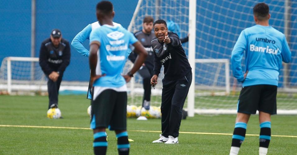 Roger Machado orienta jogadores em treinamento do Grêmio