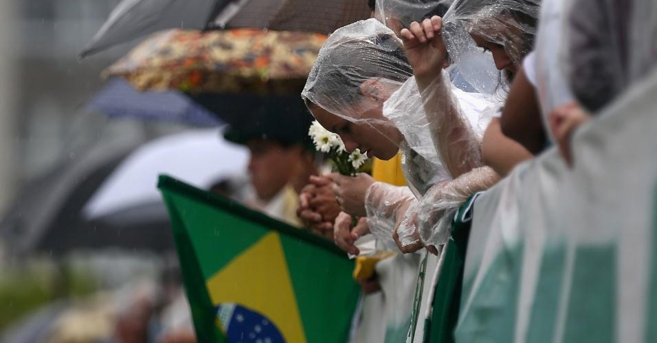 Lágrimas se misturam com a chuva que cai na Arena Condá durante o velório