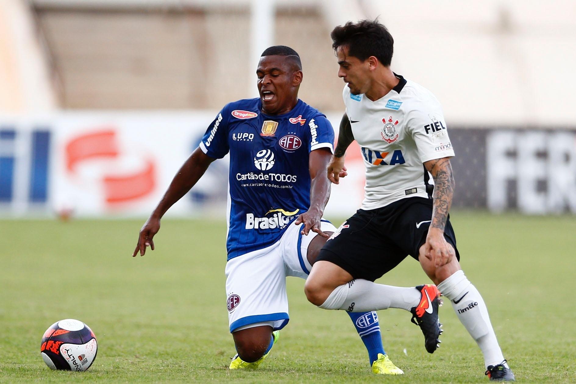 Com pênalti polêmico, Corinthians perde e vê fim de série invicta - Esporte  - BOL 55df098303