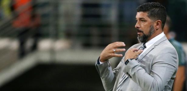 Leonardo Ramos, técnico do Peñarol, gesticula durante a partida contra o Palmeiras