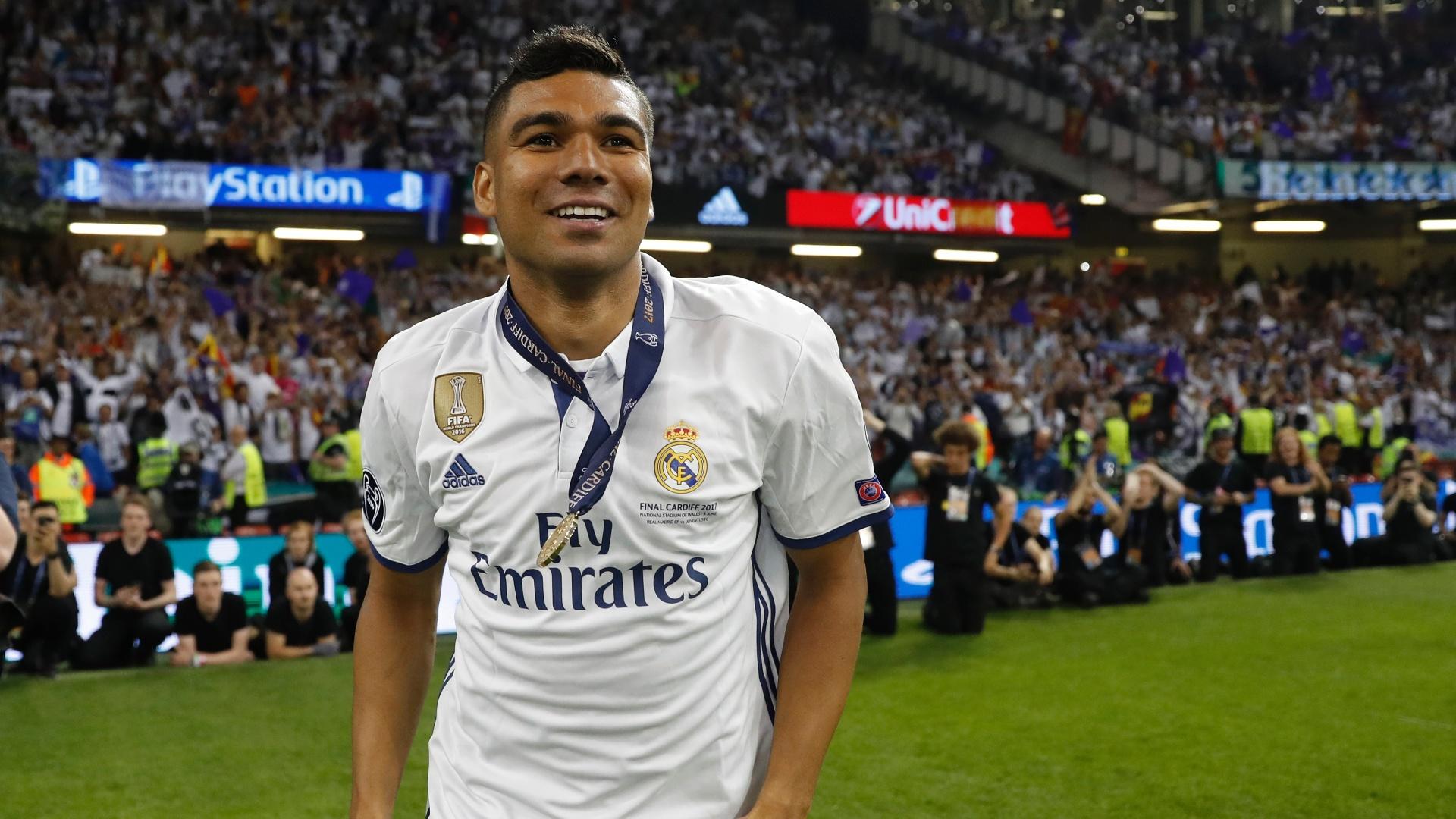 Casemiro comemora com a medalha de campeão da Champions League