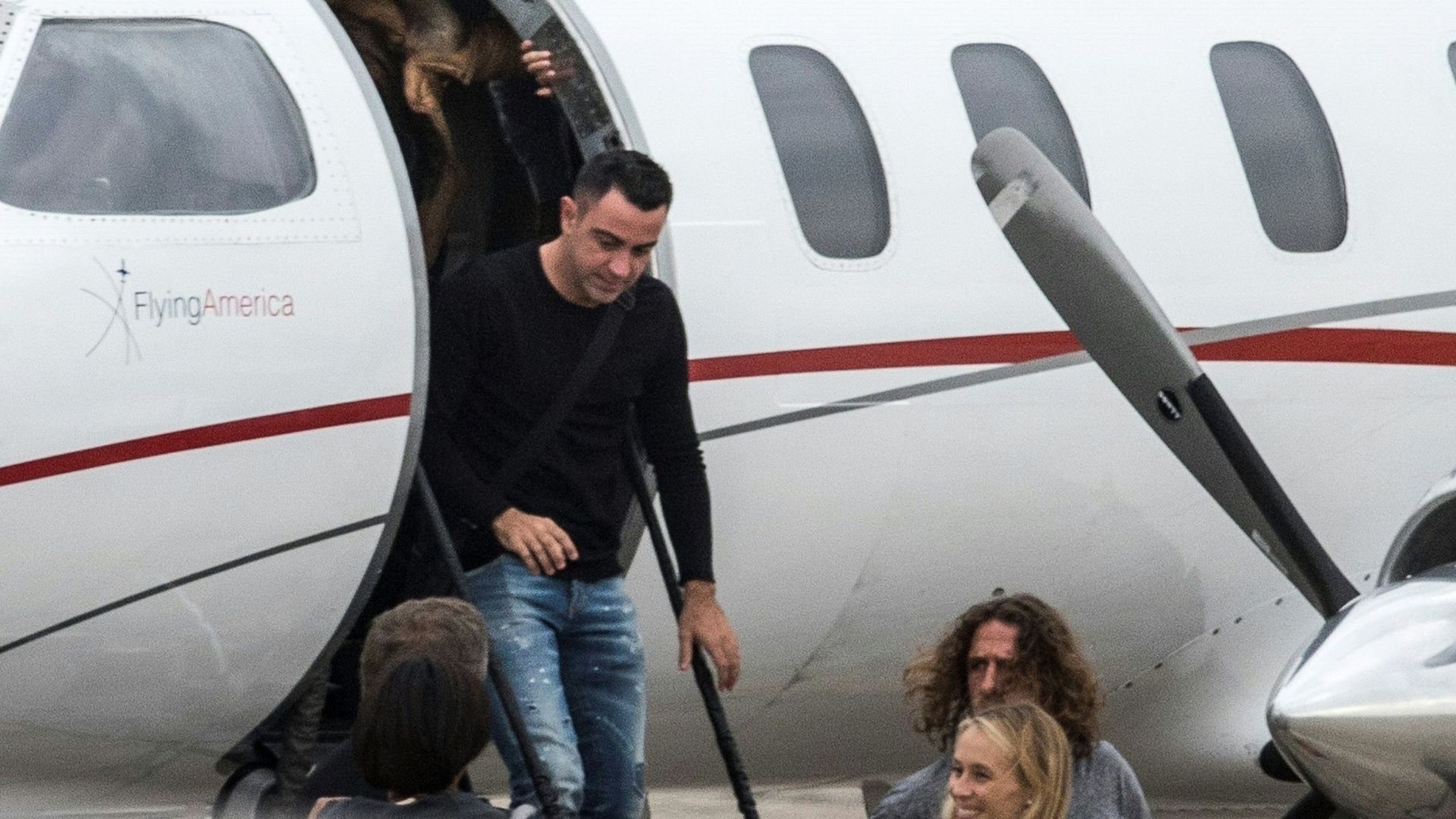 Xavi Hernandez e Carles Puyol desembarcando no aeroporto de Rosário para o casamento de Messi