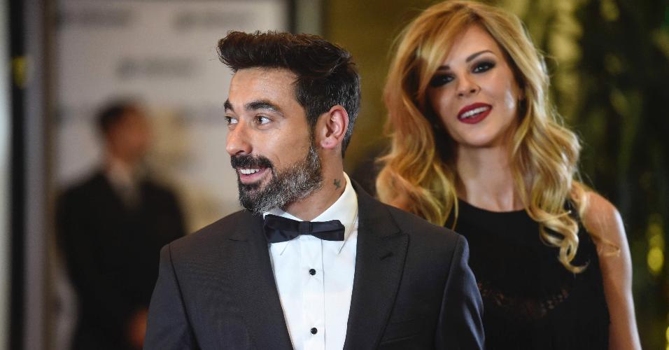 O atacante argentino Ezequiel Lavezzi chega com sua mulher no tapete vermelho para o casamento de Messi e Antonella
