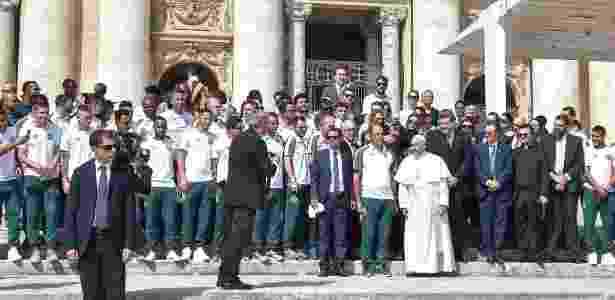 Papa com a delegação da Chapecoense - Andreas Solaro/AFP - Andreas Solaro/AFP