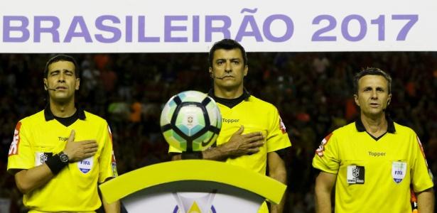 Sandro Meira Ricci (centro) é o número 1 da lista de brasileiros com a chancela da Fifa