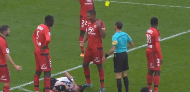 Marcelo dá tapa acidental no cartão amarelo e é expulso