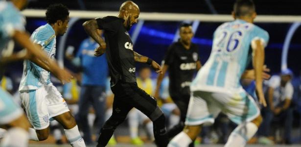 Bruno Silva, do Botafogo, é perseguido por Betão, do Avaí, em jogo dessa quarta (18) - Eduardo Valente/Framephoto/Estadão Conteúdo
