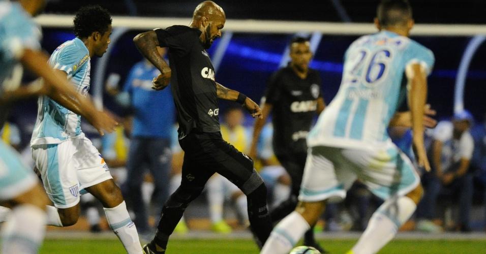 Betão, do Avaí, persegue Bruno Silva, do Botafogo