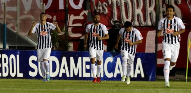 Cardozo (à esquerda) fez o gol do Libertad, mas foi expulso no segundo tempo