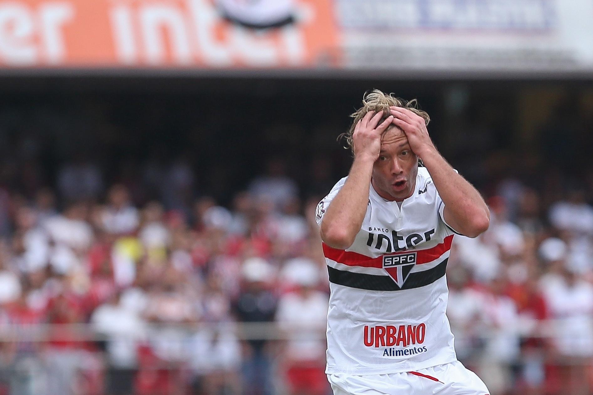 Diego Lugano, do São Paulo, se lamenta durante jogo contra o Bahia