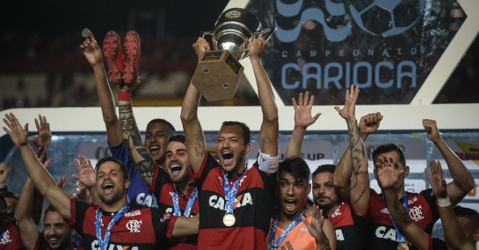 O zagueiro Rever, capitão do Flamengo, levanta o troféu da Taça Guanabara