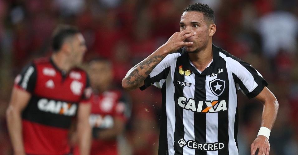 O atacante Luiz Fernando comemora gol do Botafogo sobre o Flamengo na semifinal da Taça Rio