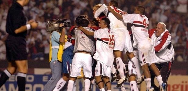 Jogadores do São Paulo comemoram vitória nos pênaltis sobre o Rosario em 2004