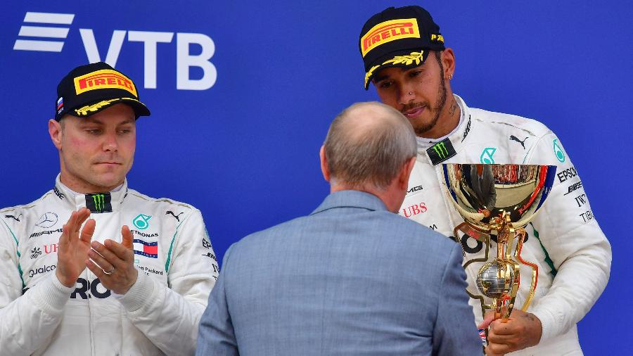 Vladimir Putin entrega prêmio a Hamilton enquanto Bottas olha - Andrej Isakovic/AFP
