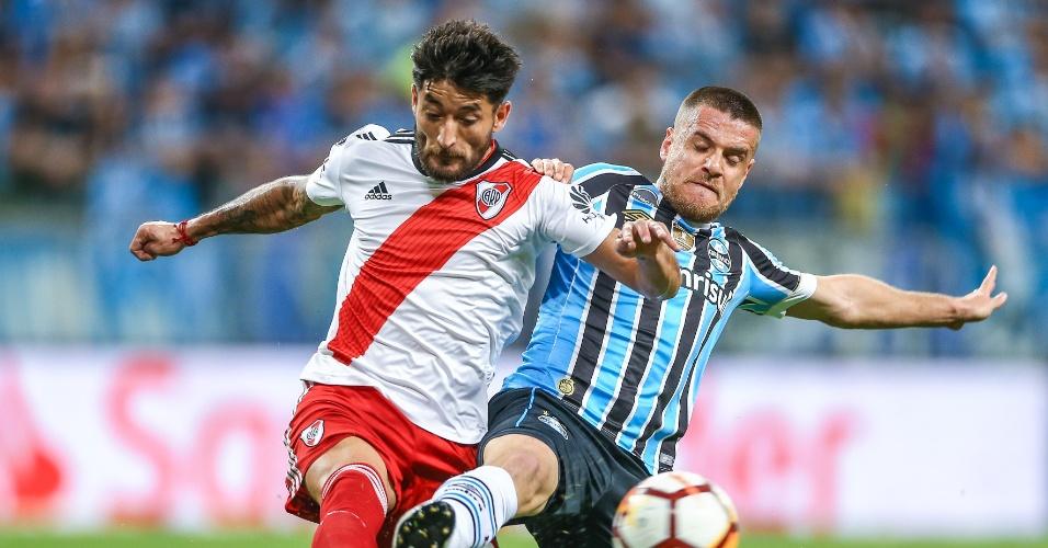 Ramiro disputa a bola com Milton Casco em jogo entre Grêmio e River Plate