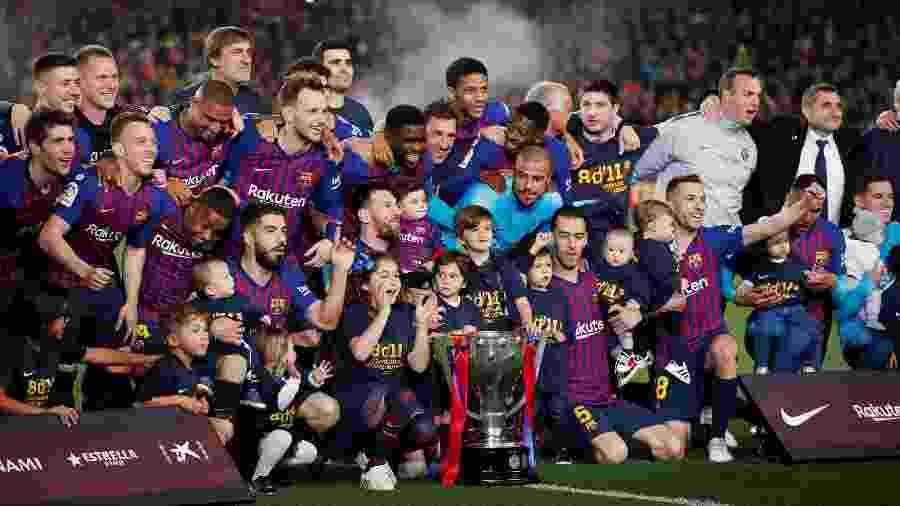 Jogadores do Barcelona e filhos posam com taça do Campeonato Espanhol - Albert Gea/Reuters