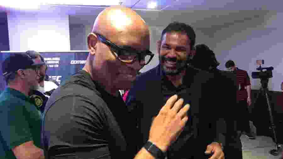 Anderson Silva e Rodrigo Minotauro sorriem em evento de divulgação do UFC no Rio de Janeiro - Bruno Braz/UOL