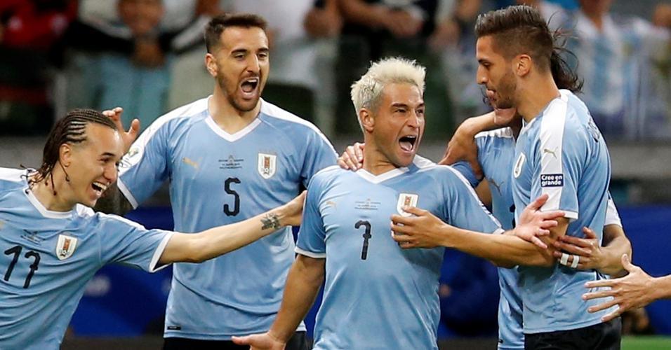 Lodeiro comemora gol do Uruguai contra o Equador
