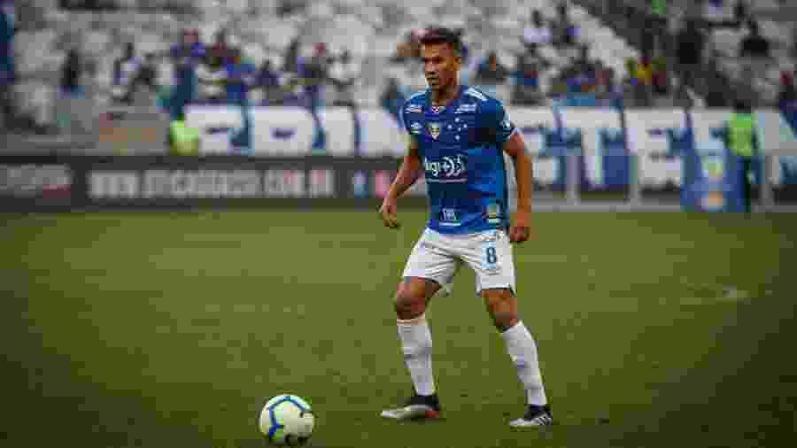 Henrique levou o terceiro amarelo contra o Goiás e não estará em campo na partida do Mineirão - Vinnicius Silva/Cruzeiro