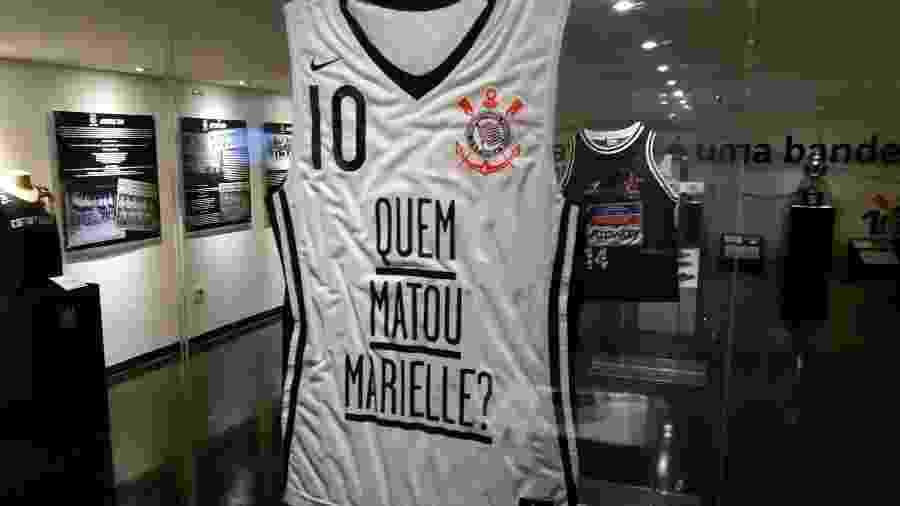 """Camisa """"Quem Matou Marielle?"""" está exposta no memorial do Corinthians, entre outras do time de basquete - Reprodução"""