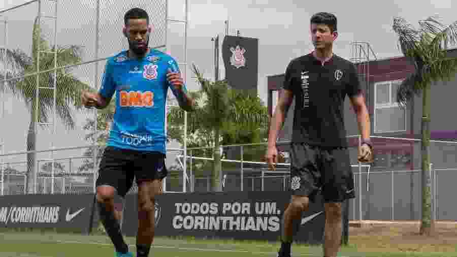 Everaldo, atacante do Corinthians, e o fisioterapeuta Luciano Rosa durante treino de hoje, no CT Joaquim Grava - Daniel Augusto Jr./Agência Corinthians
