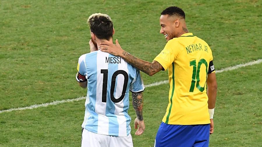 Neymar e Lionel Messi conversam durante Brasil x Argentina disputado em 2016, pelas Eliminatórias da Copa de 2018 - AFP PHOTO / EVARISTO SA