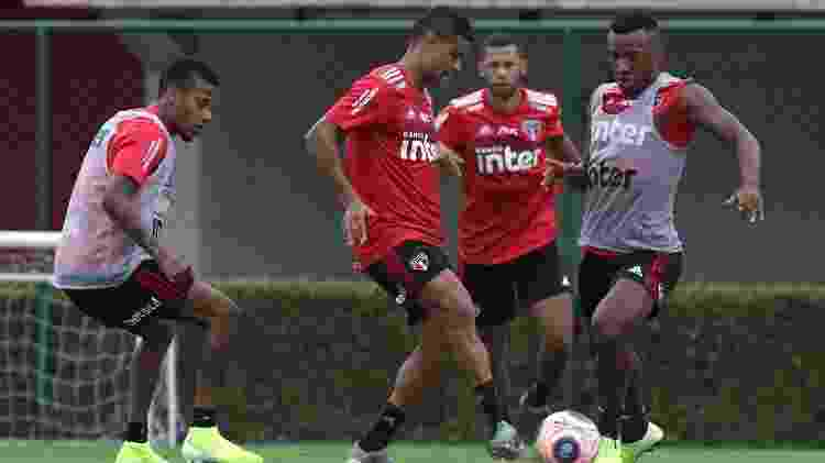 Divididas como esta entre Everton e Luan têm sido comuns nos treinos do São Paulo em 2020 - Rubens Chiri / saopaulofc.net